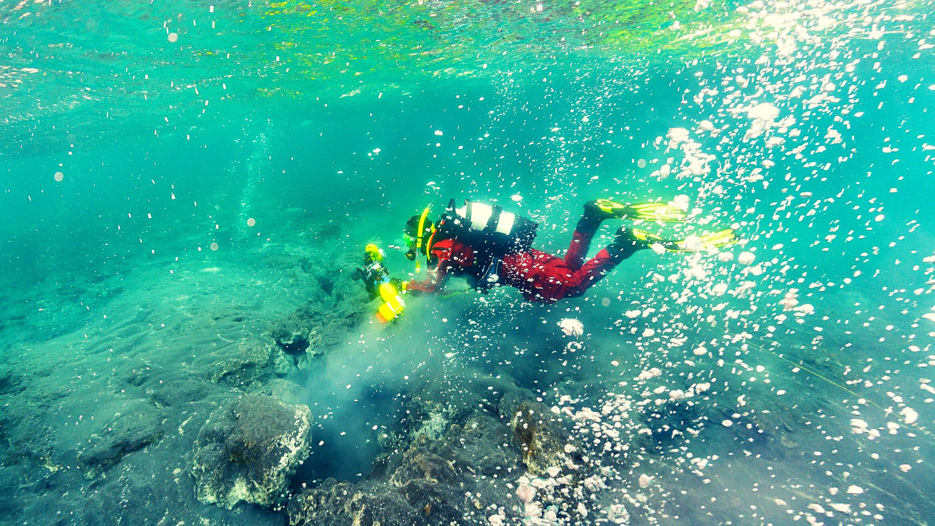 Hot spring diving tour